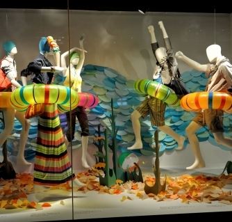071-sand-swim-summer-window-display-lifesaver-480x319_c